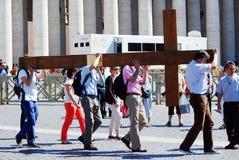 Het leven van het de stadscentrum van Vatikaan - de pelgrims dragen kruis Royalty-vrije Stock Afbeeldingen