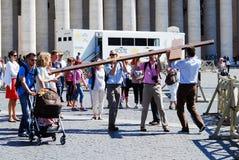 Het leven van het de stadscentrum van Vatikaan - de pelgrims dragen kruis Stock Fotografie
