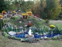 Het leven van Kozakken op weinig vijver van bloemenontwerpsprookje Stock Foto's