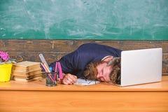 Het leven van leraar het uitputten Daling in slaap op het werk Opvoeders meer beklemtoond werk dan gemiddelde mensen Opvoeder geb stock foto