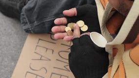 Het leven van slecht en daklozen, mannelijk tellend geld op de straat, armoede stock videobeelden