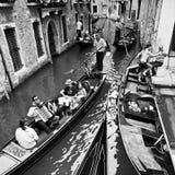 Het leven in Venetië dat (door gondels reist) Stock Afbeeldingen