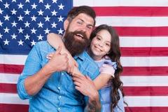 Het leven, Vrijheid en de achtervolging van Geluk Gelukkige familie het vieren onafhankelijkheidsdag op Amerikaanse vlagachtergro stock afbeeldingen