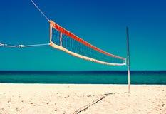 Het levensconcept van het de zomerstrand - Volleyball netto en leeg strand Overzees stock foto's