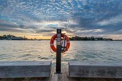 Het levenspreserver op pool met zonsondergang op achtergrond Royalty-vrije Stock Afbeelding