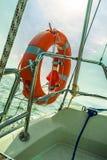 Het levenspreserver van de reddings rode reddingsboei spaardersring op zeilboot Stock Afbeeldingen