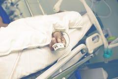 Het levenssteun van een oude mens in ICU royalty-vrije stock fotografie