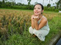 Het levensstijl in openlucht portret van jonge mooie en gelukkige Aziatische Koreaanse toeristenvrouw die van vakantie genieten h stock afbeeldingen