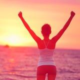 Het levensvoltooiing - gelukkige vrouwenwapens omhoog in succes Stock Foto's