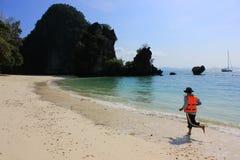 Het levenswacht die langs baai het patrouilleren voor veiligheid lopen stock afbeeldingen