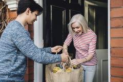 Het leveren van Kruidenierswinkels aan de Bejaarden Stock Afbeeldingen