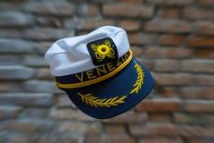 Het levitatie ondergaan van Venezia-marinehoed voor vage bakstenen muur met Royalty-vrije Stock Fotografie