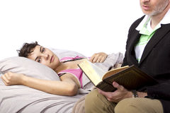 Het lezen aan Zieke Dochter Stock Afbeelding