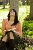 Het lezen in aard Stock Foto