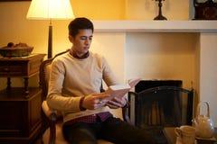 Het lezen in avond royalty-vrije stock foto