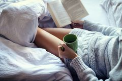 Het lezen in Bed Stock Foto
