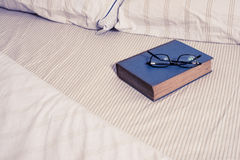 Het lezen in Bed Stock Fotografie