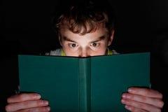 Het lezen bij nacht Royalty-vrije Stock Afbeeldingen