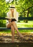 Het lezen in een park Stock Foto's