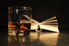 Het lezen en het drinken Royalty-vrije Stock Fotografie