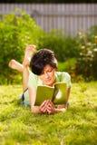 Het lezen in het park Stock Fotografie