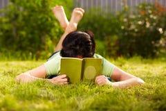 Het lezen in het park Royalty-vrije Stock Afbeelding