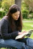 Het lezen in het park Royalty-vrije Stock Afbeeldingen