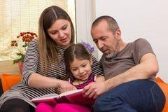 Het lezen met het kind stock afbeeldingen