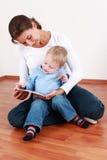 Het lezen met mamma Stock Foto