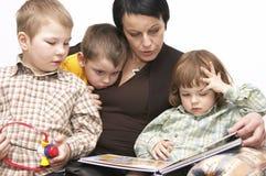 Het lezen met mum Stock Afbeeldingen