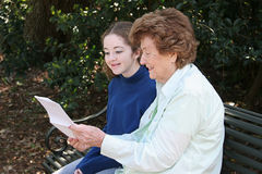 Het lezen met Oma Stock Afbeelding