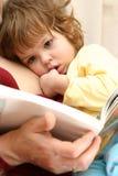 Het lezen met papa stock foto