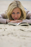 Het lezen op het Strand stock afbeelding