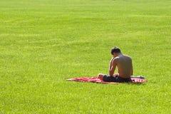 Het lezen in Park_8241-1S Stock Afbeeldingen