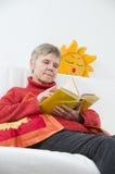 Het lezen in rode laag Stock Afbeeldingen