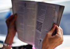Het lezen terwijl op vakantie stock afbeeldingen