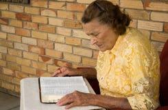 Het lezen van de Bijbel Royalty-vrije Stock Foto