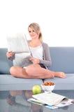 Het lezen van de krant Stock Afbeelding