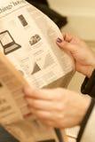 Het lezen van de krant Stock Afbeeldingen