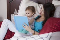 Het lezen van een bedtijdverhaal Royalty-vrije Stock Afbeeldingen
