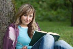 Het lezen van een boek Royalty-vrije Stock Foto