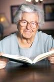 Het lezen van een boek Stock Foto's
