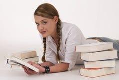 Het lezen van een boek stock afbeeldingen