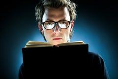 Het lezen van een boek Stock Foto