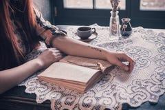 Het lezen van een boek Stock Afbeelding