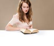 Het lezen van een gedicht. stock afbeelding