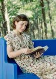 Het lezen van een Goed Boek Stock Afbeeldingen