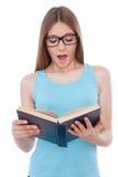 Het lezen van een het opwekken boek royalty-vrije stock afbeeldingen