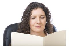 Het lezen van een rapport stock foto