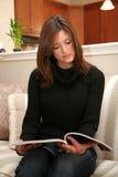 Het lezen van een Tijdschrift royalty-vrije stock fotografie